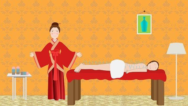 Dessin: une praticienne de médecine chinoise debout à côté de sa table de soins. Son patient est allongé sur le ventre et le dos et les jambes sont piqués avec des aiguilles d'acupuncture.